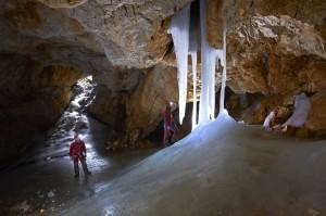 Snega in ledu je letos v jami precej manj kakor prejšnja leta alt