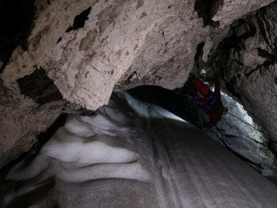Na samem dnu na globini več kot 300 m je snežni stožec debel do 10 m.