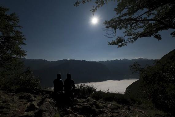Pogled na zamegljeno Bohinjsko jezero ob skoraj polni luni. Foto: Peter Gedei