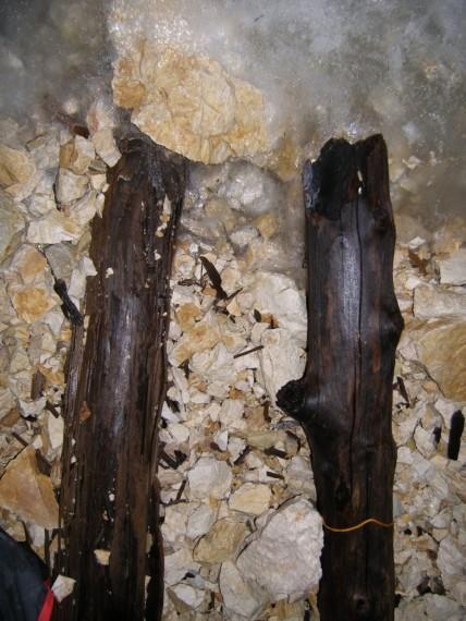 Merilni hlodi znani tudi kot noge čarovnice bodo kmalu ostali brez funkcije. V spodnjem delu desnega hloda je vrvica, ki smo jo ob robu ledu postavili konec leta 2013.