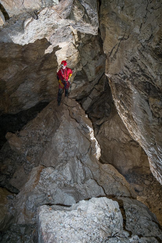 Dvoranica na dnu jame je prekrita z ogromnimi podornimi bloki.