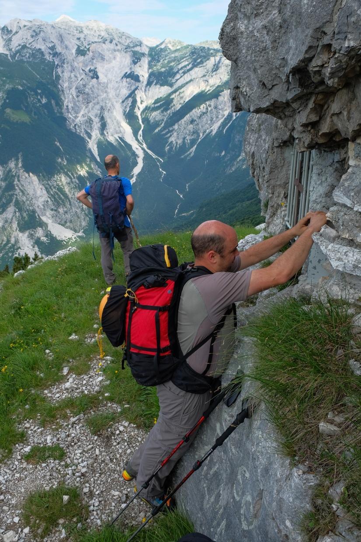Pri Madoni na slovenski planinski transverzali. Kraj je bojda zaslužen za ime ene globljih migovških jam.