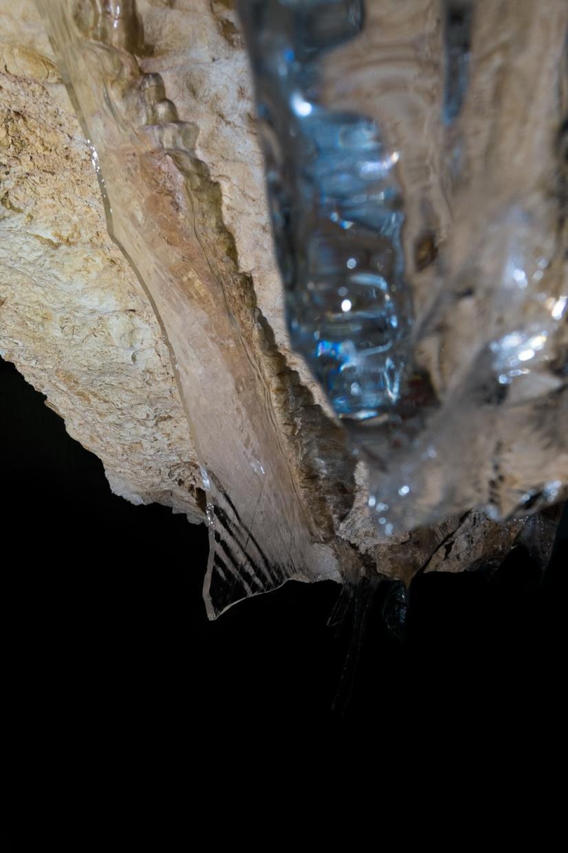 Led v jami verjetno ne nastaja zaradi kompakcije snega.
