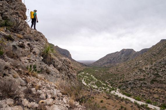 Pogorje mestoma prekinjajo kanjoni s suhimi strugami, ki se le občasno napolnijo z vodo. Foto: Peter Gedei