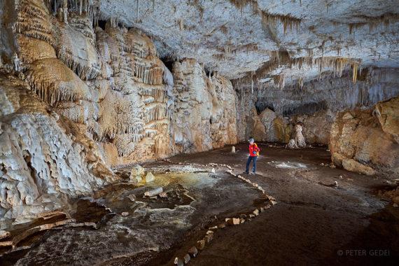 Pravljično okrašene poti na povsem ravnih tleh jame Hidden Cave. Foto: Peter Gedei