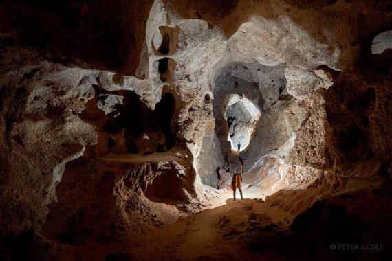 Igra senc v impozantnem rovu Left-Hand Tunnel v znameniti Carlsbad Caverns. Foto: Peter Gedei